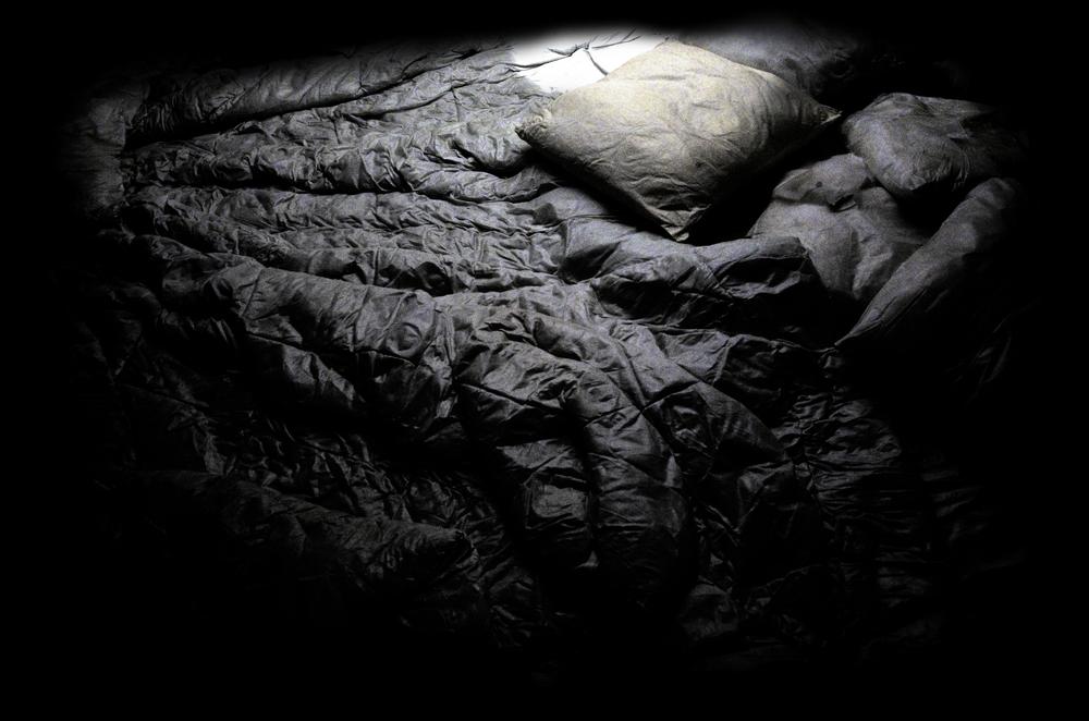 Un lit une couette un oreiller