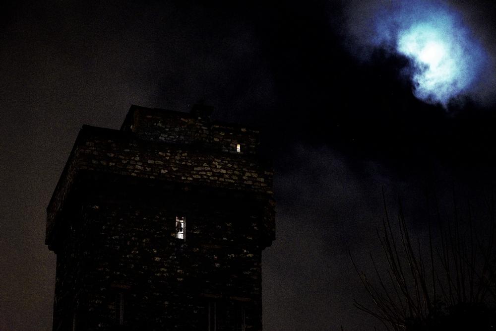 Une tourelle maconnee photographiee a la lumiere de la lune