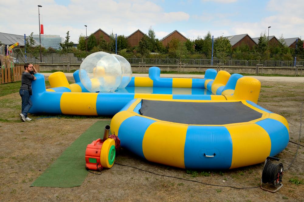 Grosses boules flottantes dans une fete foraine