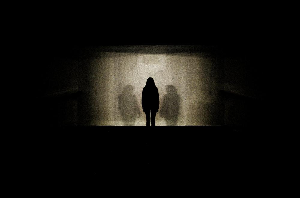 L'ombre d'une femme se detache sur un mur