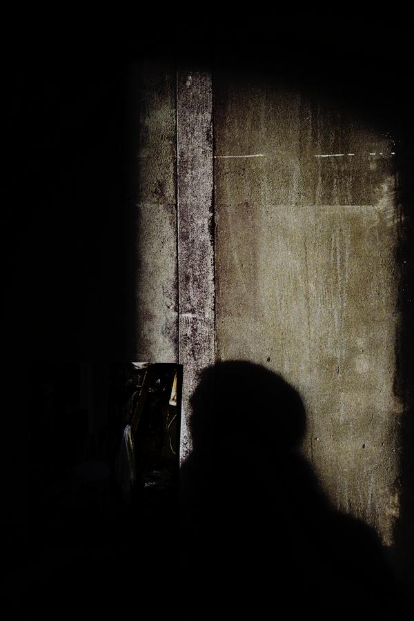L'ombre d'un homme se detache sur un mur
