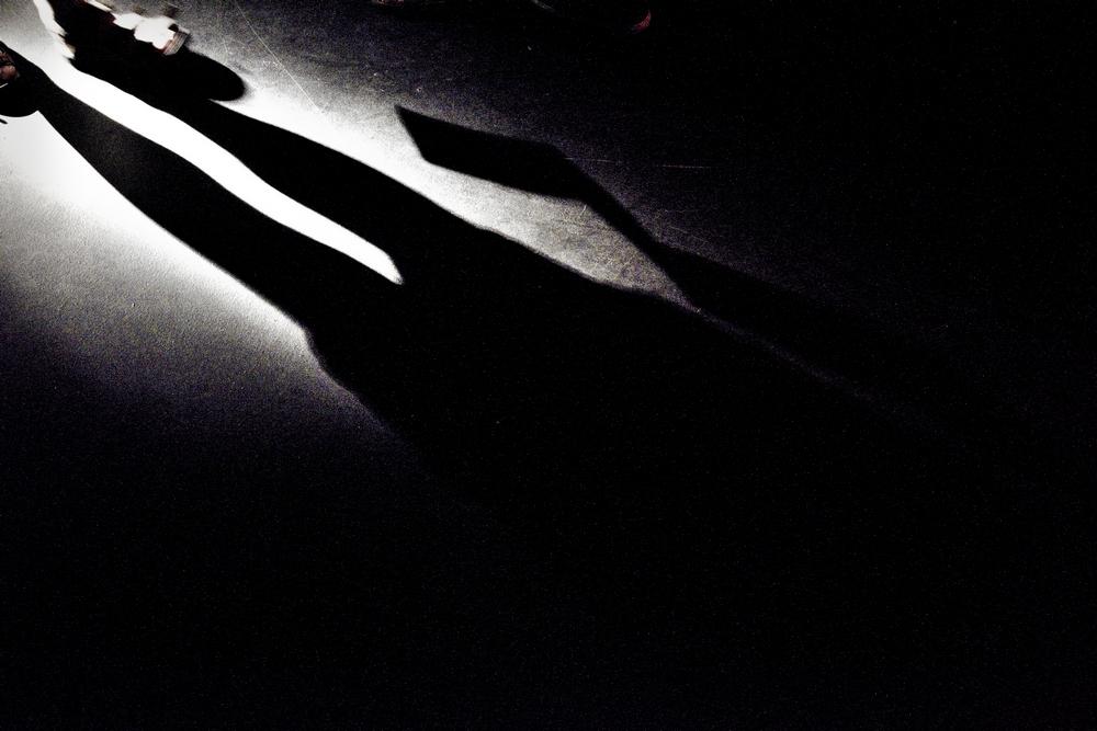 Ombre menacante dans un environnement sombre