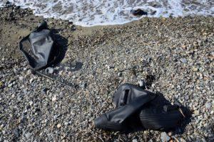 Des restes de canot pneumatique abandonnés sur une plage de Kos Grèce