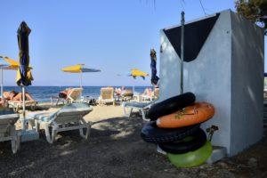 Des chaises longues, des parasols et des bouées sur une plage de Kos Grèce