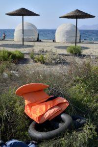 Un gilet de sauvetage et des bouées abandonnés sur une plage de Kos Grèce