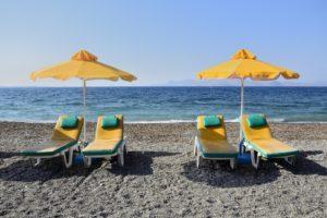 Des chaises longues et des parasols sur une plage de Kos Grèce