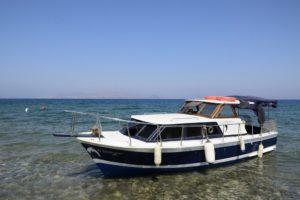 Un bateau de migrants abandonné sur une plage de Kos Grèce