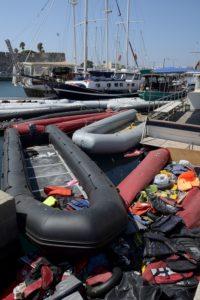 Des canots pneumatiques utilisés par les migrants dans le port de Kos Grèce