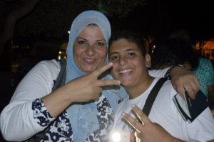 Des migrants se rassemblent autour du panneau des départs du lendemain Kos Grèce