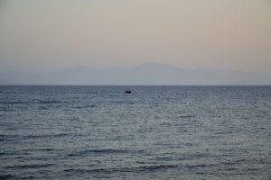 Migrants au loin arrivant sur l'île de Kos Grèce