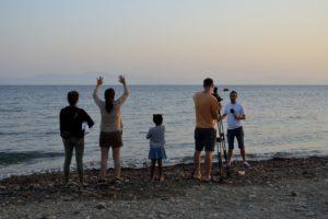 Humanitaires et équipe de télévision attendant une arrivée de migrants sur l'île de Kos Grèce