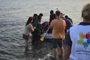 Humanitaires et équipe de télévision accueillant une arrivée de migrants sur l'île de Kos Grèce