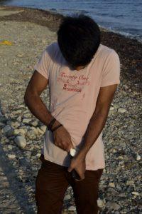 Un migrant arrivé sur l'île de Kos Grèce déballe son téléphone portable