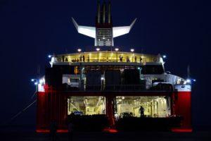 Des migrants embarquent sur un ferry du port de Kos vers le Pyrhée Grèce