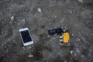 Restes de téléphone portable sur une plage de Kos Grèce