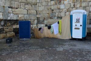 Coin toilette salle de bains improvisé pour les migrants de l'île de Kos Grèce