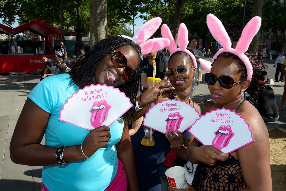 Trois femmes lors de la gay pride à Paris en 2015