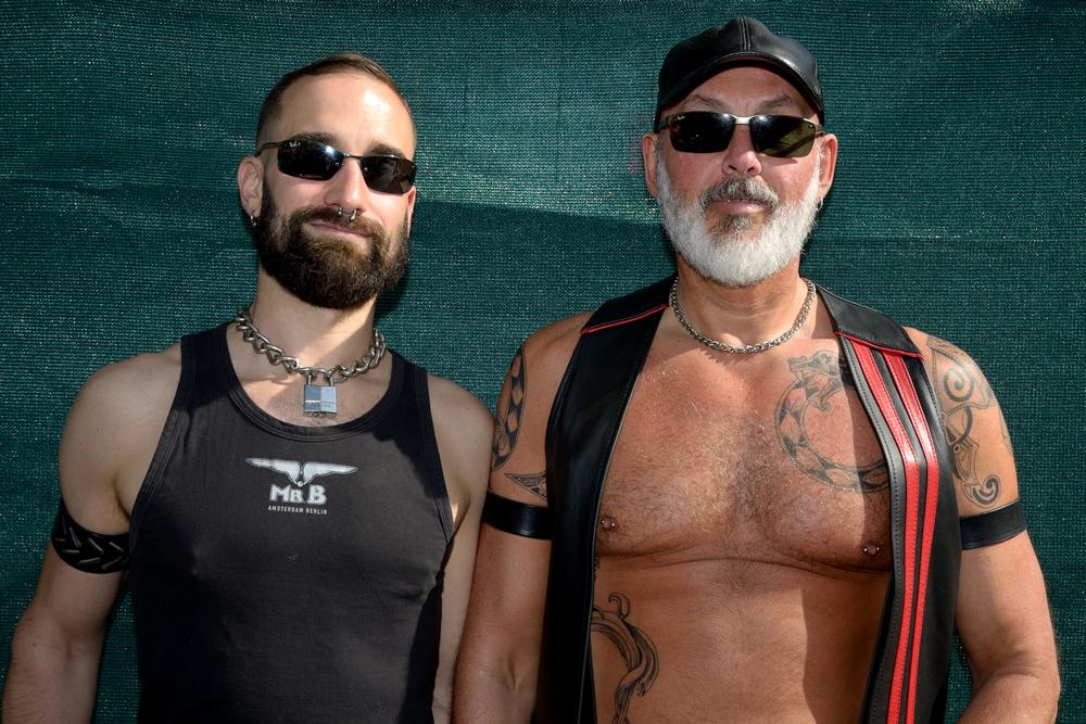 deux hommes lors de la gay pride à Paris en 2015