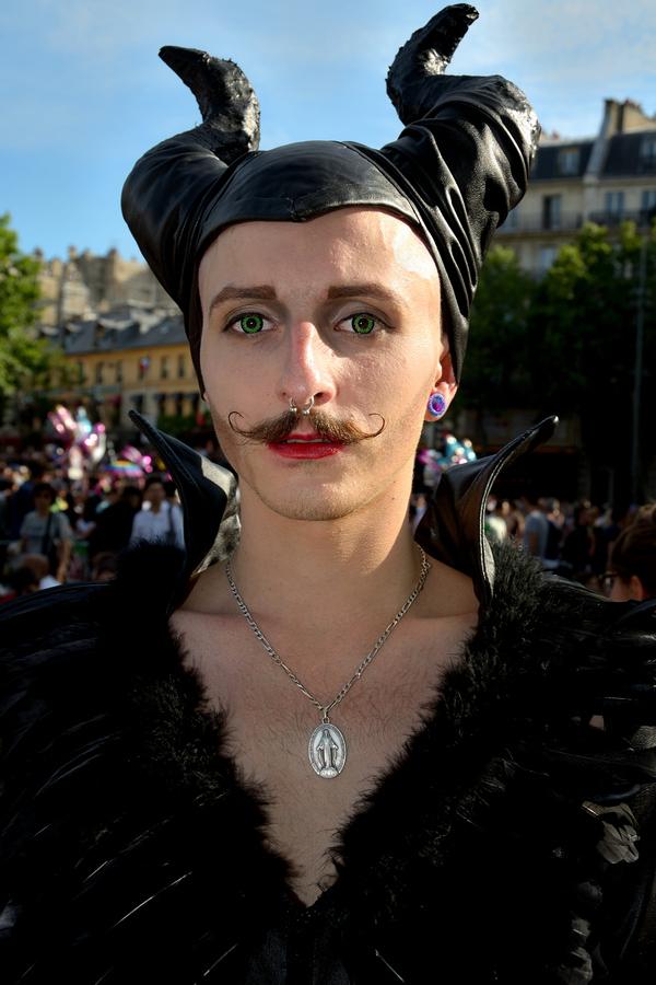 Un homme costumé lors de la gay pride à Paris en 2015