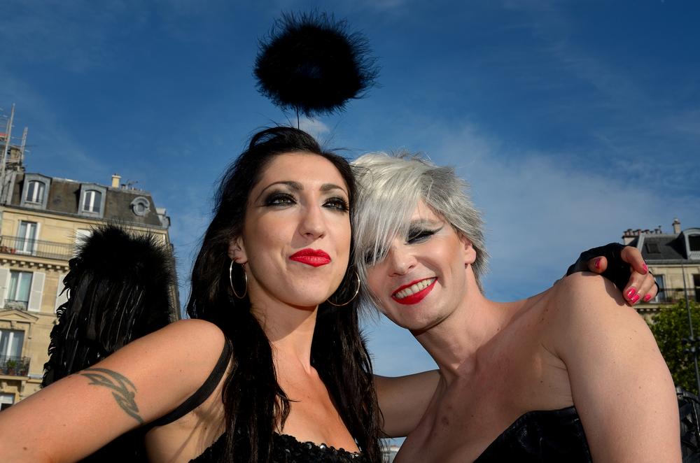 Une femme et un travesti lors de la gay pride à Paris en 2015