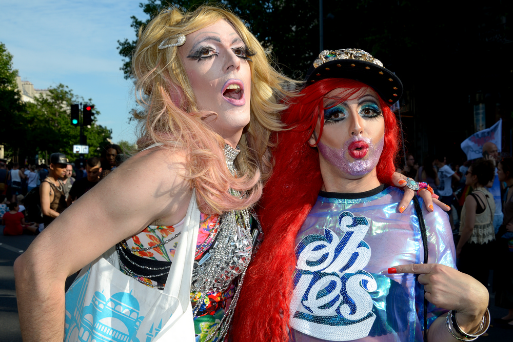 Un couple de travestis lors de la gay pride à Paris en 2015