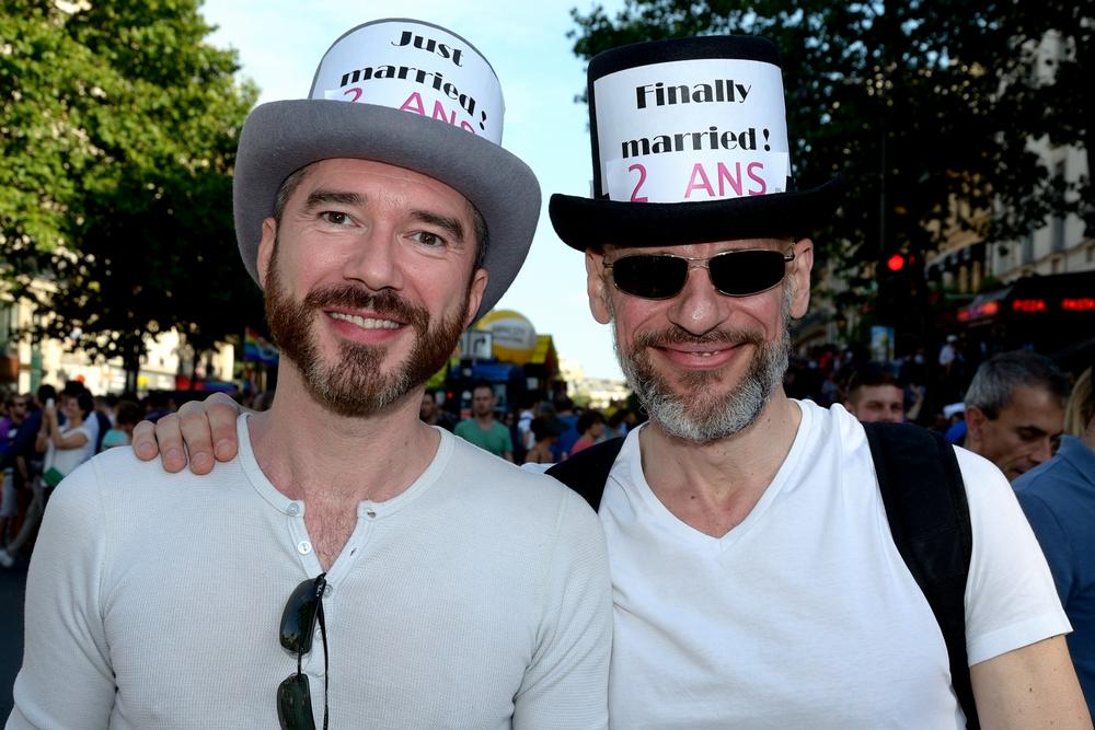 Un couple d'hommes lors de la gay pride à Paris en 2015