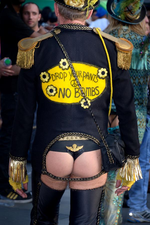 Un homme costumé fesses nues lors de la gay pride à Paris en 2015