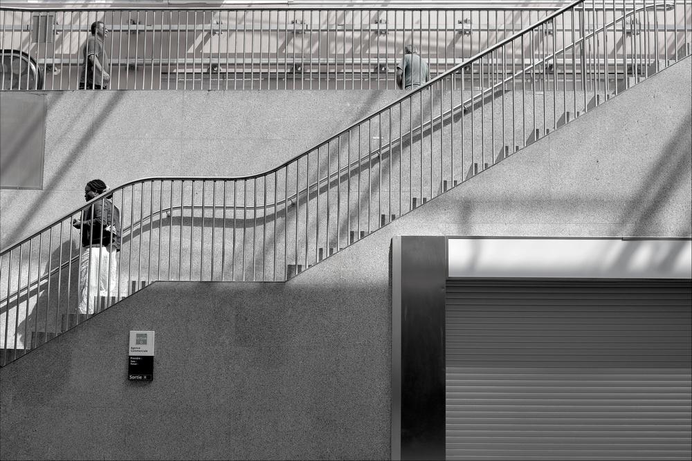 Des escaliers dans la salle des corespondaces du RER A a La Defense