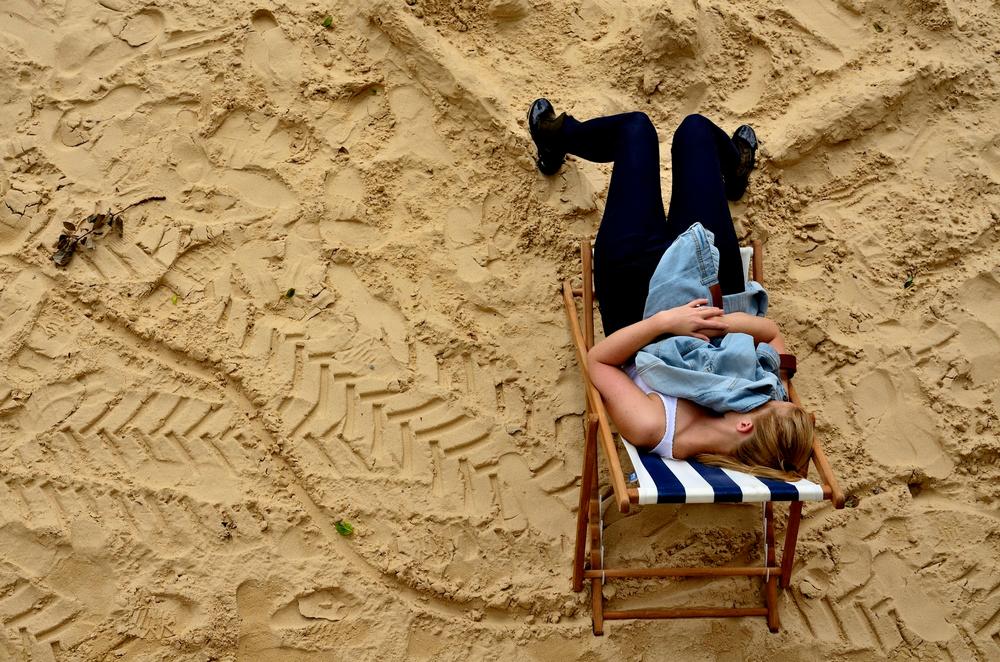 Paris Plages jeune femme assoupie sur une chaise longue
