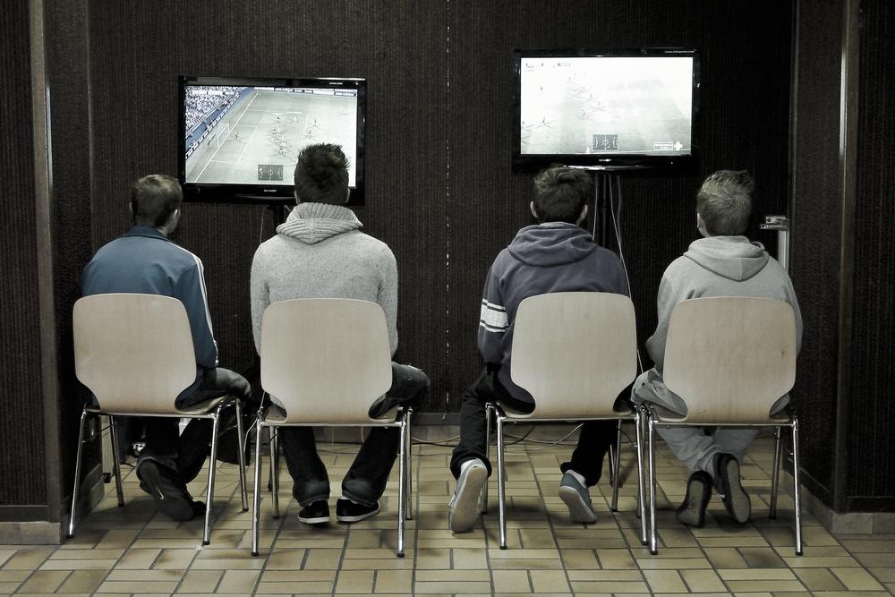 Des joueurs de jeux video alignés le jeu FIFA