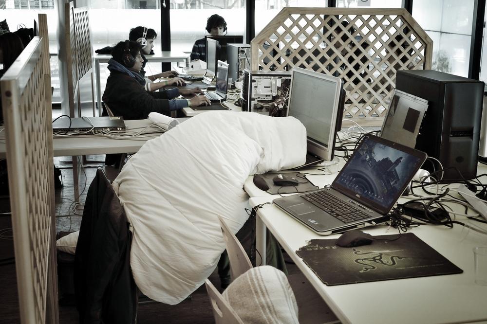 Des joueurs de jeux video endormis devant leur écran
