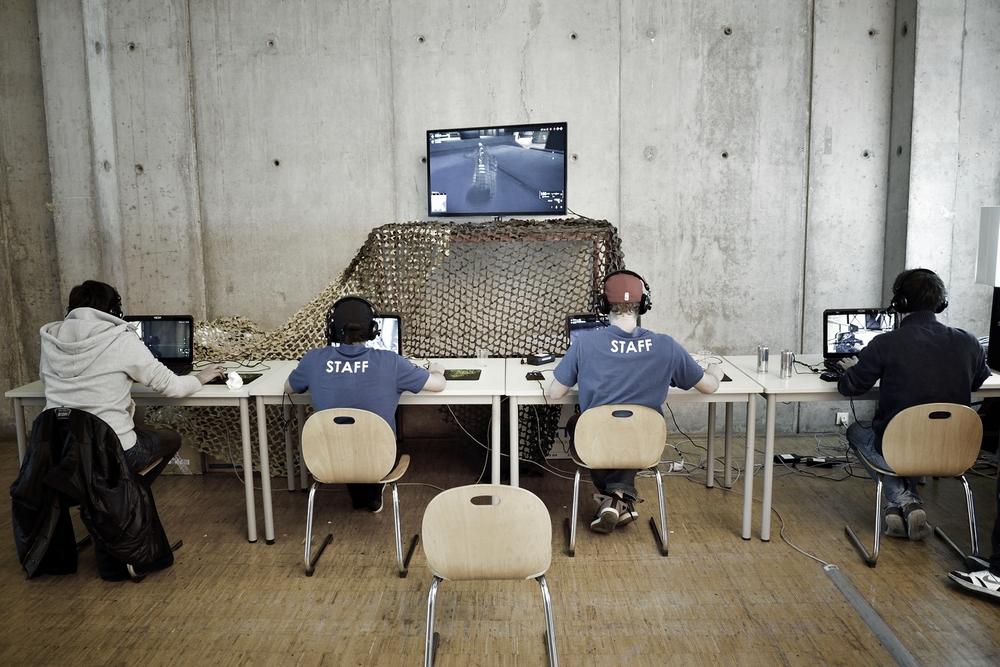 Des joueurs de jeux video alignés devant leur ordinateur
