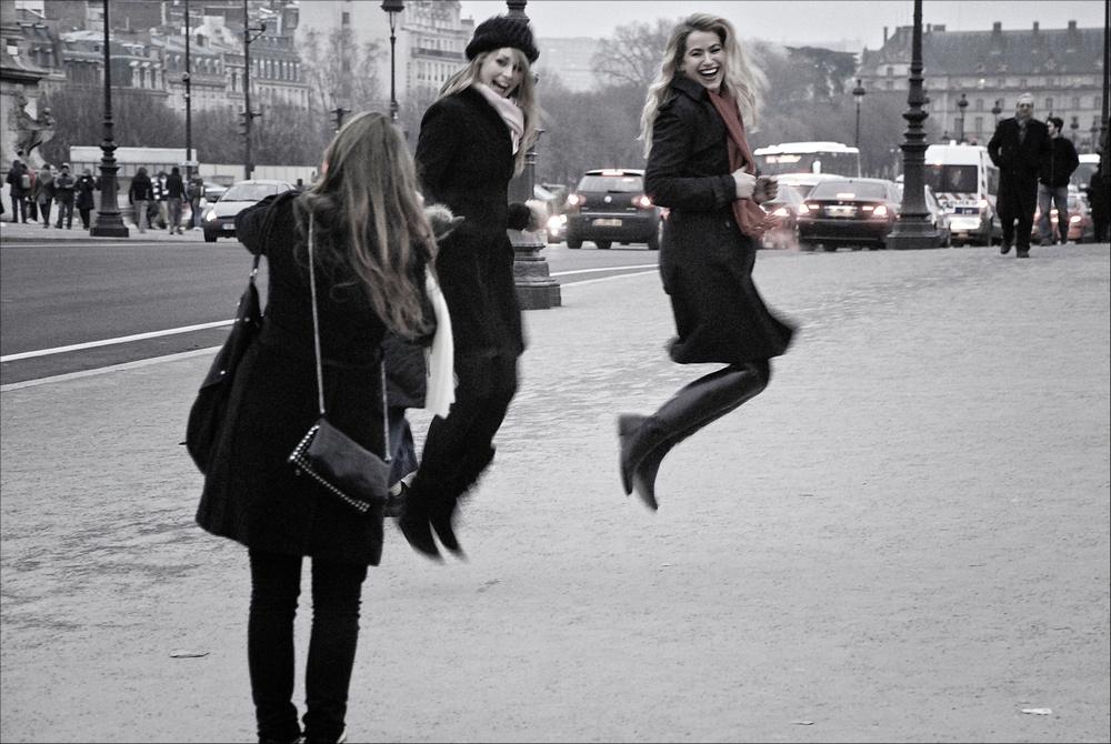 Deux jeunes femmes se font photographier en sautant en l'air